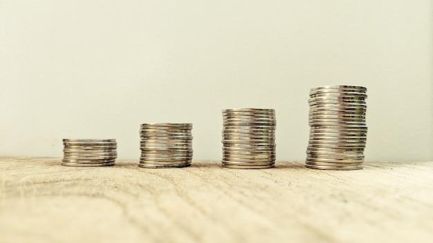 Colonnes de pièces d'argent économisant de l'argent