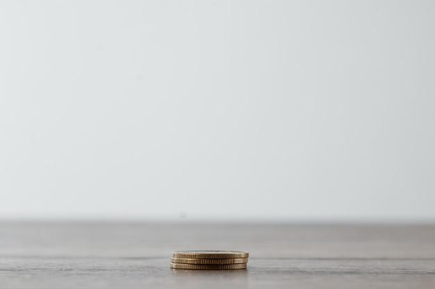 Colonnes de pièces d'or, piles de pièces disposées sur blanc