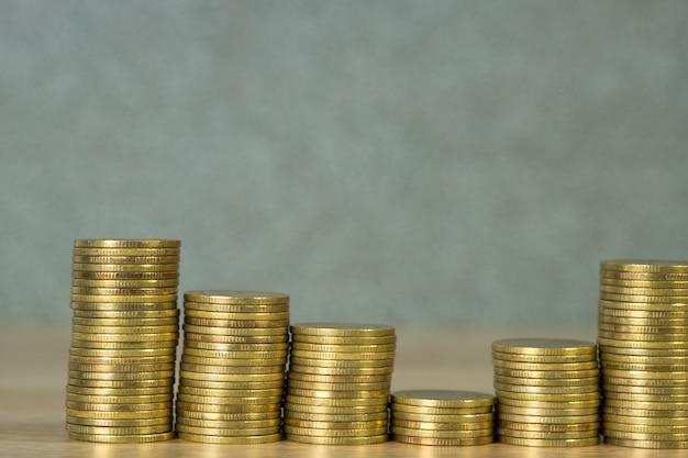 Colonnes de pièces d'or, piles de pièces de monnaie sur la table de travail, concept bancaire et financier d'entreprise.