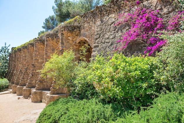 Colonnes en pierre dans la colonnade du parc guell, conçu par gaudi, barcelone, catalogne, espagne