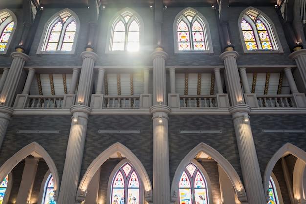 Les colonnes et les voûtes d'une église
