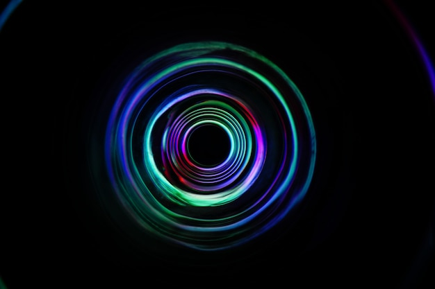 Color light se déplace sur une longue exposition dans le noir.