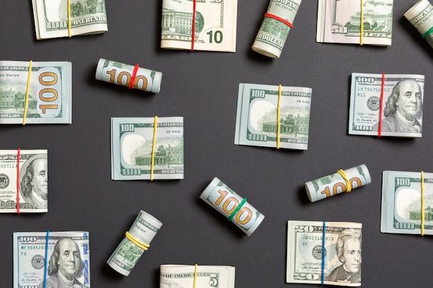 Coloré avec de l'argent cent dollars américains sur le dessus wiev avec fond pour votre texte dans les affaires
