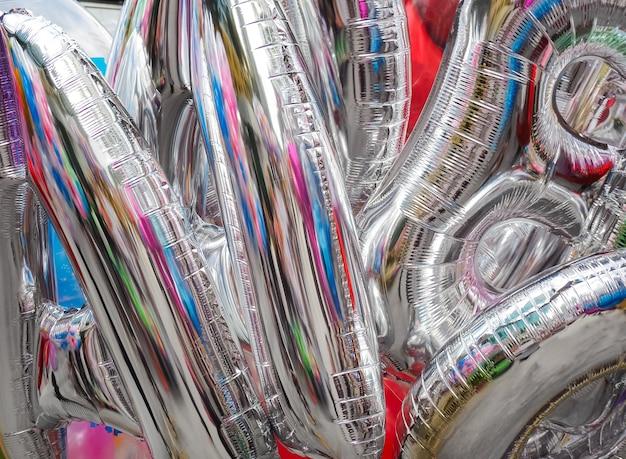Coloré en ballons argentés avec fond de fête de célébration heureux