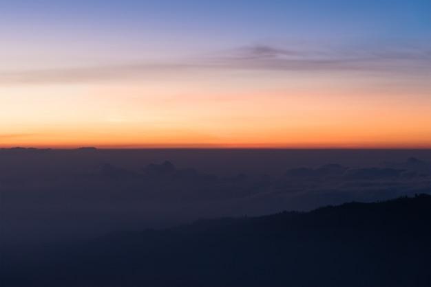Coloré de ciel dégagé et de montagne le matin.