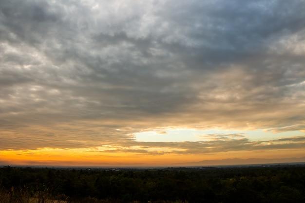 Coloré ciel dramatique avec nuage au coucher du soleil