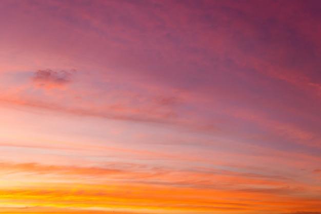 Coloré ciel dramatique avec nuage au coucher du soleil.