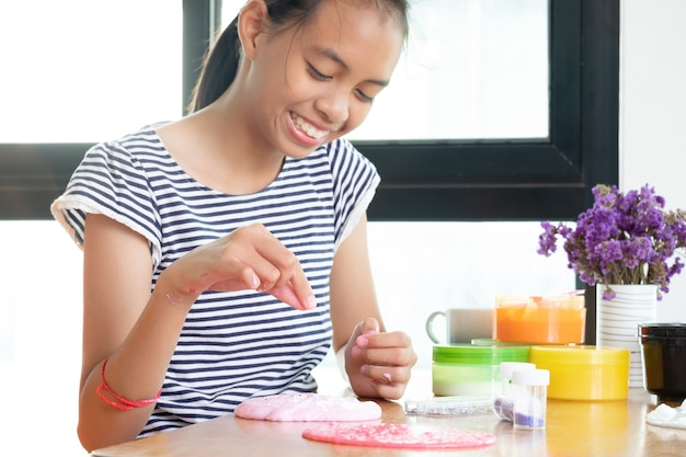 Coloré du jouet fait maison appelé slime, les enfants s'amusent par l'expérience scientifique.
