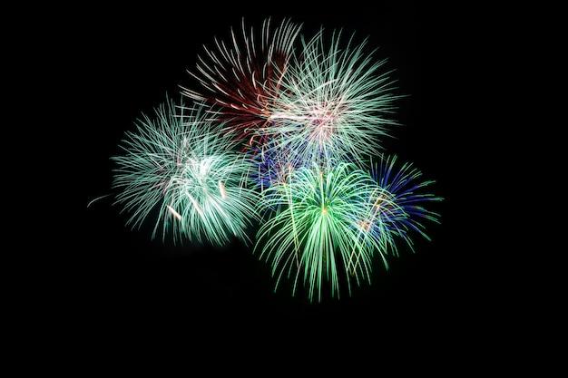 Coloré de feux d'artifice en vacances nouvel an festival sur ciel noir.