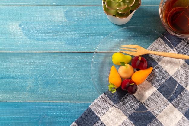 Coloré de fruits imitations délétables (kanom look choup est une collation thaïlandaise)