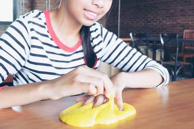 Coloré de jouet fait maison appelé slime, les enfants s'amusant et être créatif par la science