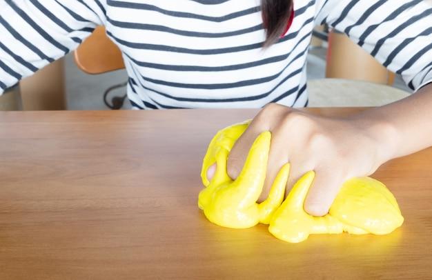 Coloré de jouet fait maison appelé slime, les enfants s'amusant et être une science créative