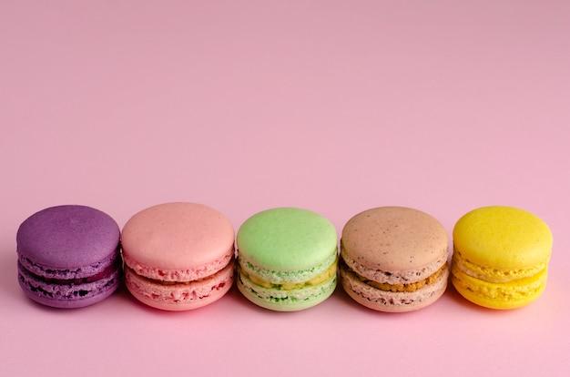 Coloré macaron dessert français sur rose pastel