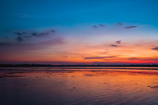 Coloré de paysage rural rivière au crépuscule
