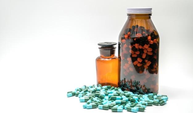 Coloré de pilules de capsule de médecine antibiotique et deux bouteilles ambrées, résistance aux médicaments, espace copie