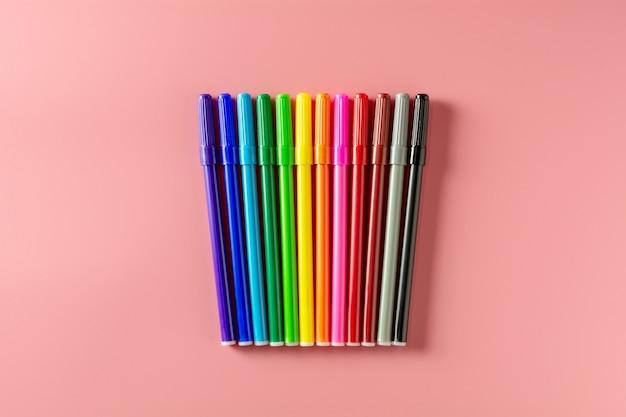Coloré de stylo de couleur sur fond rose.