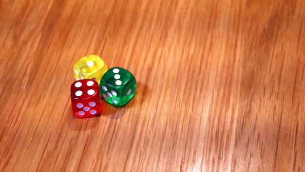 Coloré de dés sur la table en bois.