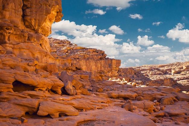 Colored canyon est une formation rocheuse sur les roches du désert de la péninsule du sinaï sud en égypte