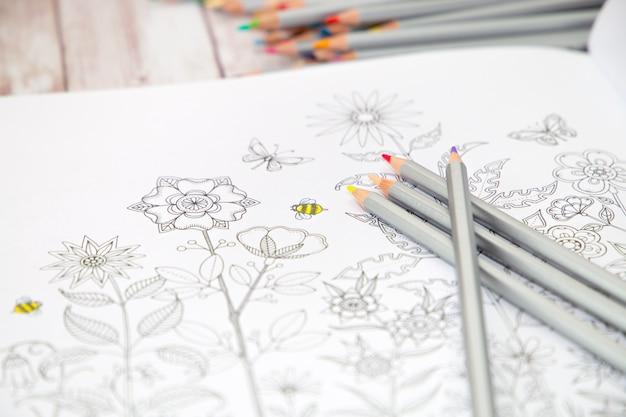 Colorer - antistress avec des crayons de couleur. dessine soulage ainsi le stress