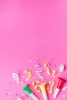 Colorul party streamers sur fond rose.