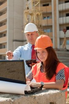 Les cols blancs travaillent sur le chantier