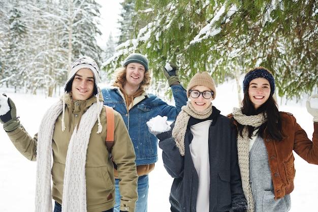 Combat de boules de neige dans la forêt d'hiver