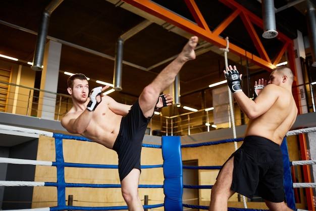 Combat intense en ring de boxe