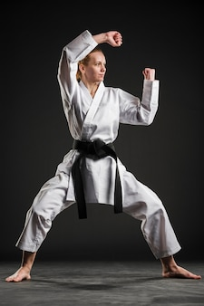 Combattant d'arts martiaux professionnel full shot