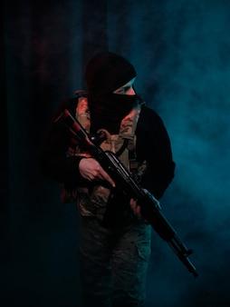 Combattant des forces spéciales avec des armes
