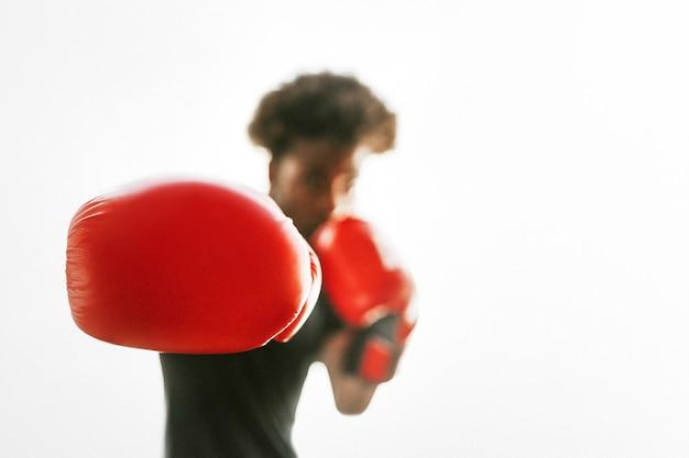 Combattant avec des gants de boxe rouges