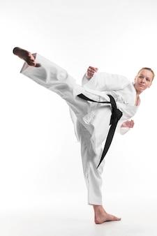 Combattant professionnel donnant un coup de pied complet
