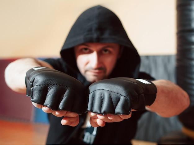 Combattant de rue agressif montrant les poings