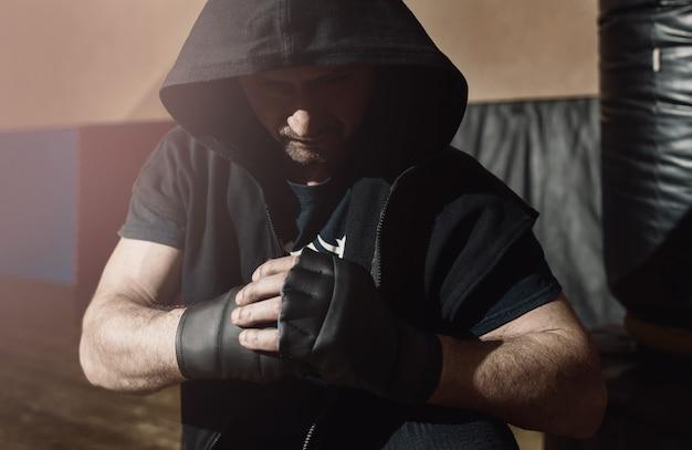 Combattant de rue brutal prêt à se battre. entraînement de gym,