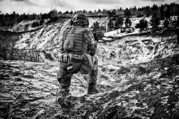 Le combattant d'une unité spéciale effectue une mission dangereuse. technique mixte