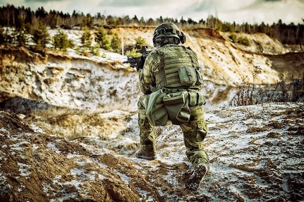 Le combattant d'une unité spéciale effectue une mission dangereuse