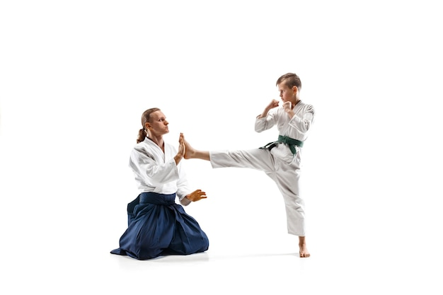 Combattants en kimono blanc sur salle blanche
