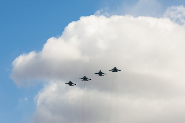 Les combattants russes dans le ciel lors de la fête.