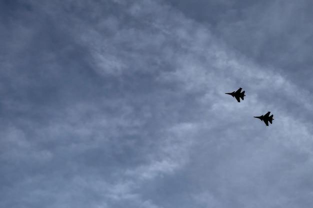 Les combattants volent dans le ciel
