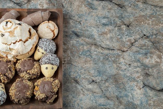 Combinaison de biscuits au cacao et au beurre dans un plateau en bois.
