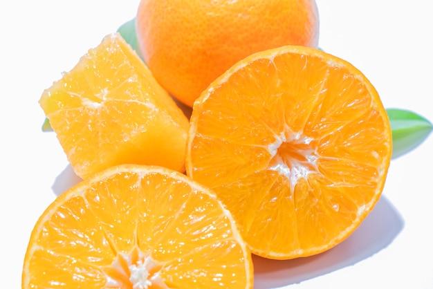 Combinaison orange sur fond blanc