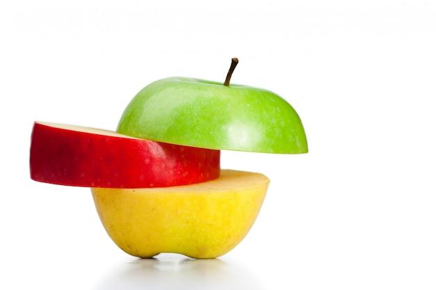 Combinaison de pommes vertes, jaunes et rouges