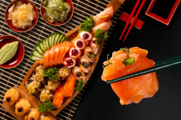 Combo de cuisine japonaise sur fond noir