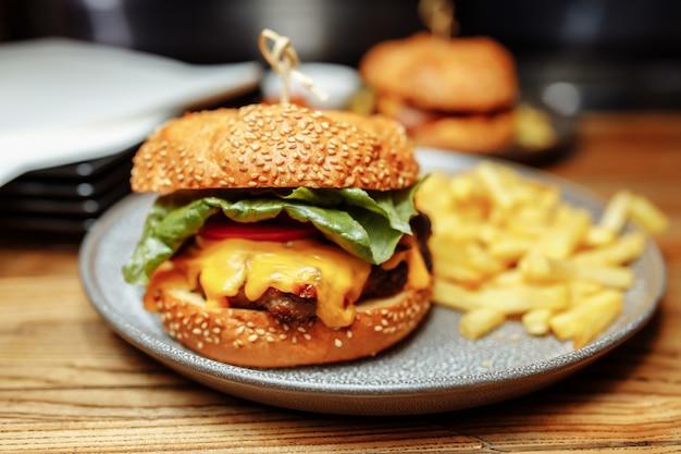 Combo frites et sancwich dans l'assiette.