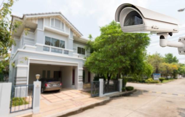 Comcept de sécurité à domicile, caméra de vidéosurveillance ou surveillance opérant dans le village