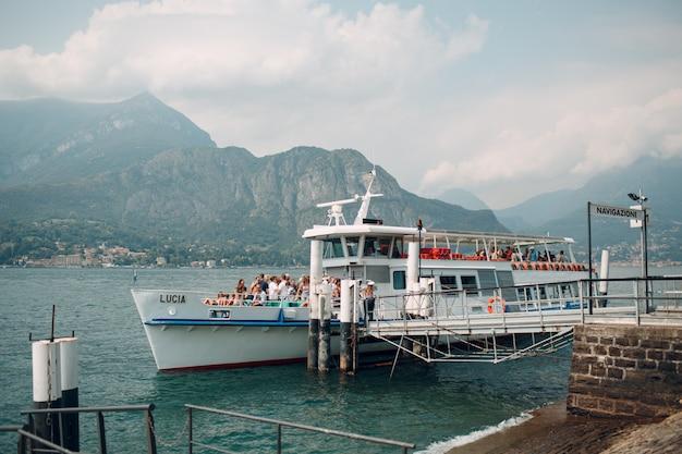 Côme, italie. bateau bateau sur la jetée.