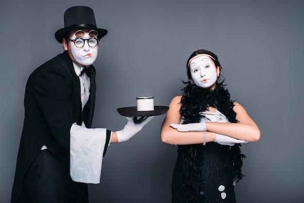 Comédie d'acteurs de mime avec un verre d'eau. artistes de théâtre de pantomime