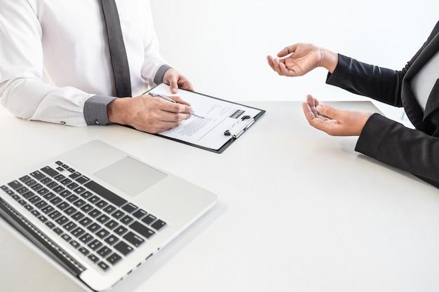 Le comité d'entreprise ou l'intervieweur examine et pose des questions sur le profil du candidat, envisage de reprendre la conduite d'un travail et la conversation écoute les réponses à l'attitude de pensée.