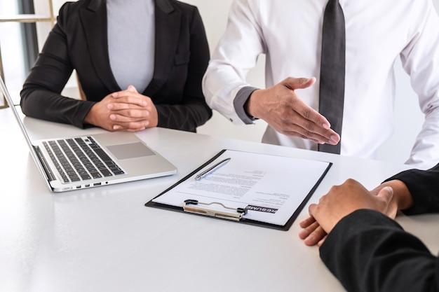 Le comité d'entreprise ou l'intervieweur examine et pose des questions sur le profil du candidat
