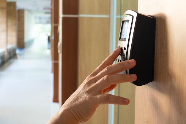Commande de porte de sécurité automatique à accès ouvert