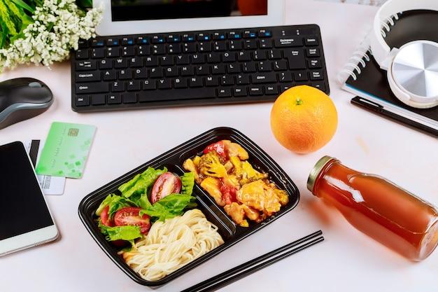 Commandez de la nourriture en ligne ou par téléphone à la maison ou au travail.
